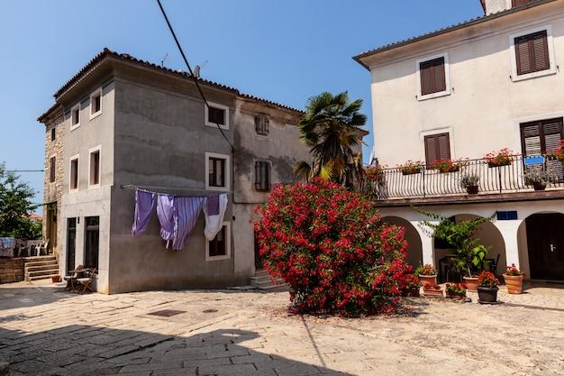 Vista del tipico vicolo istriano in villa, balle, croazia