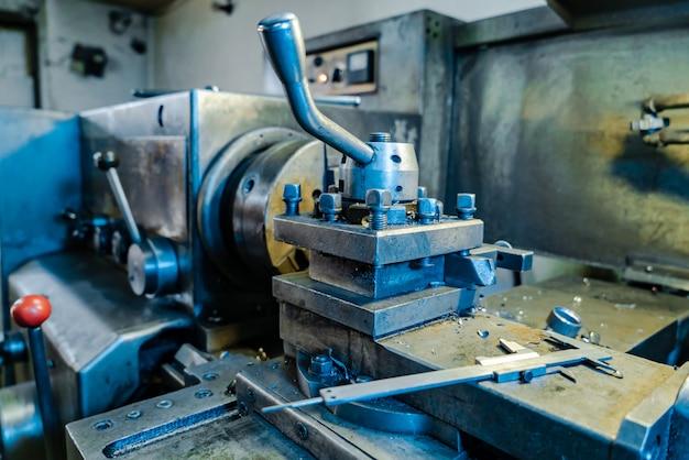 Vista del tornio professionale in metallo in fabbrica.