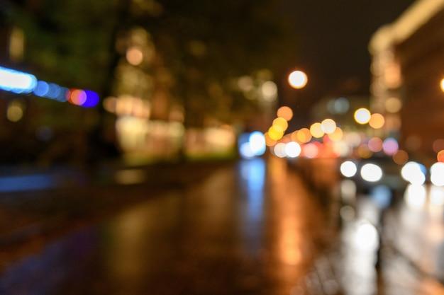 Vista del traffico in via della città, paesaggio notturno, backgr blured del bokeh