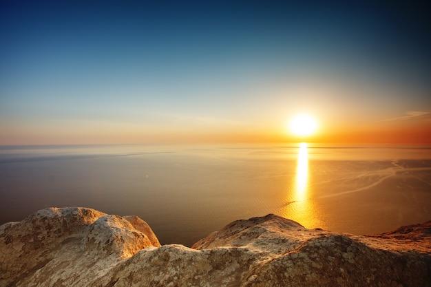 Vista del tramonto dalla cima della montagna. t