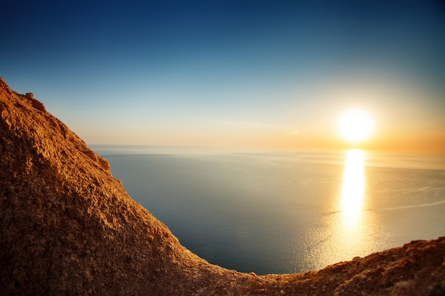 Vista del tramonto dalla cima della montagna. turismo, viaggi, sfondo del mare.