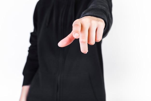 Vista del tronco di un dito puntato umano