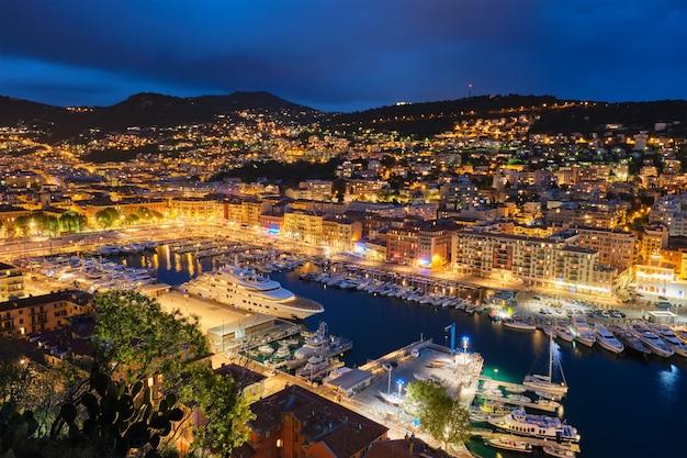 Vista del vecchio porto di nizza con yacht, in francia la sera