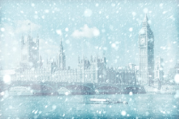 Vista del westminster bridge e house of parliament con la neve