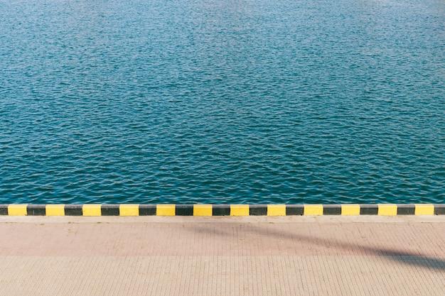 Vista dell'acqua di mare blu