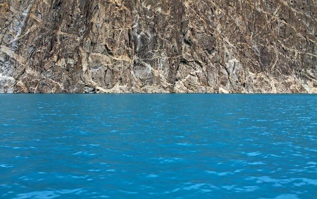 Vista dell'acqua verde nel lago attabad