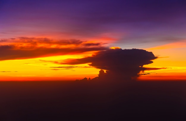 Vista dell'aeroplano del cielo di tramonto dal concetto del fondo di vacanza della finestra, di viaggio e di festa