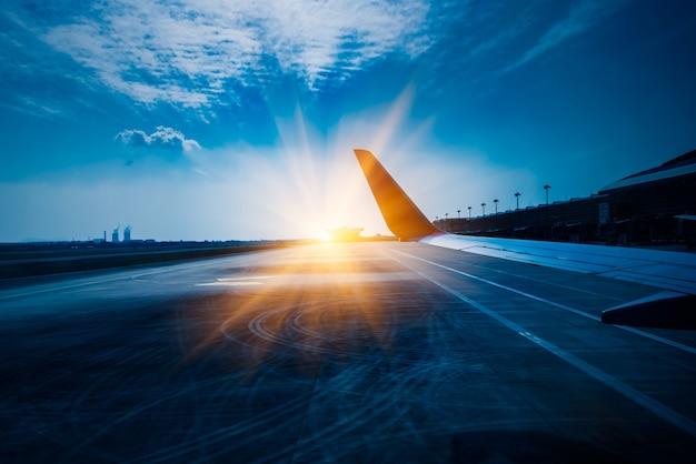 Vista dell'ala del piano d'aria durante il decollo o l'atterraggio