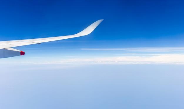 Vista dell'ala dell'aeroplano dalla finestra i precedenti del cielo nuvoloso