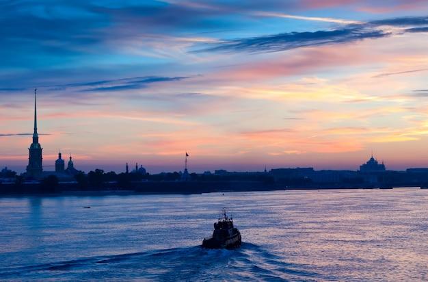 Vista dell'alba estiva del fiume neva