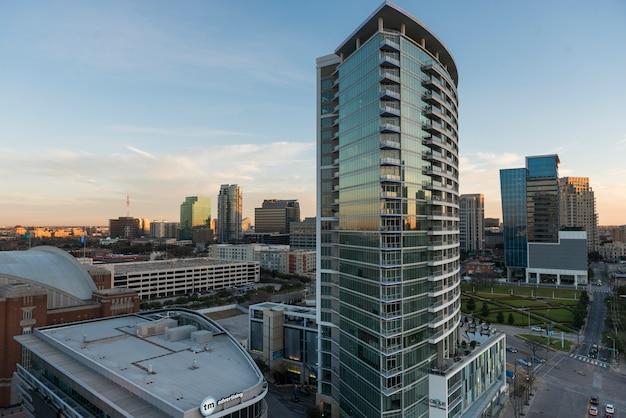 Vista dell'angolo alto degli edifici per uffici moderni, victory park, dallas, il texas, usa