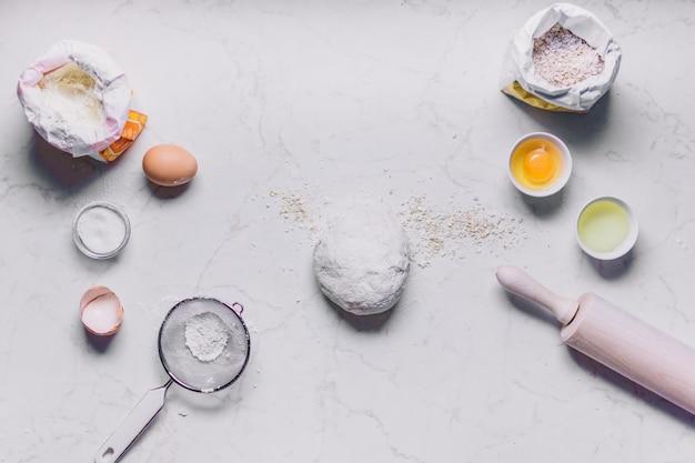 Vista dell'angolo alto degli ingredienti e degli utensili di cottura su fondo bianco