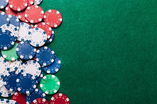 Vista dell'angolo alto dei chip di poker sulla tabella verde
