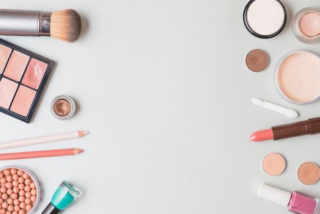 Vista dell'angolo alto dei prodotti cosmetici sulla superficie di bianco