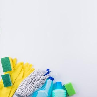 Vista dell'angolo alto dei prodotti di pulizia su fondo grigio
