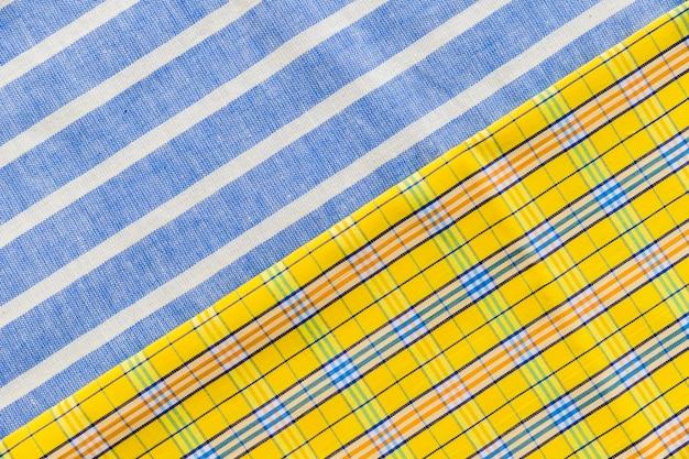 Vista dell'angolo alto dei tessuti variopinti a quadretti e del modello di linea