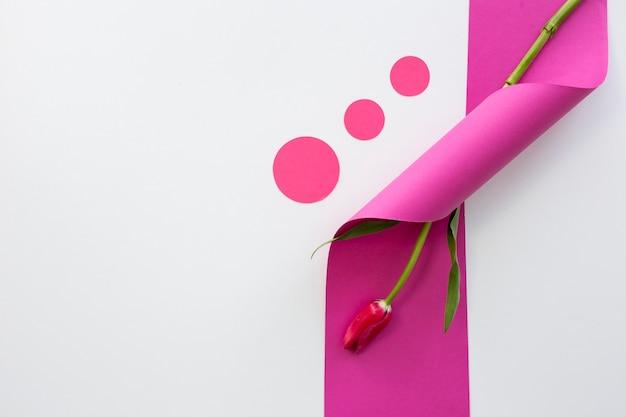 Vista dell'angolo alto del nastro rosa arricciato con il fiore