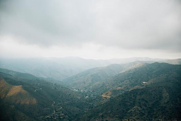 Vista dell'angolo alto del paesaggio scenico della montagna