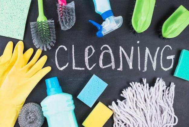 Vista dell'angolo alto del testo e delle attrezzature di pulizia sulla lavagna