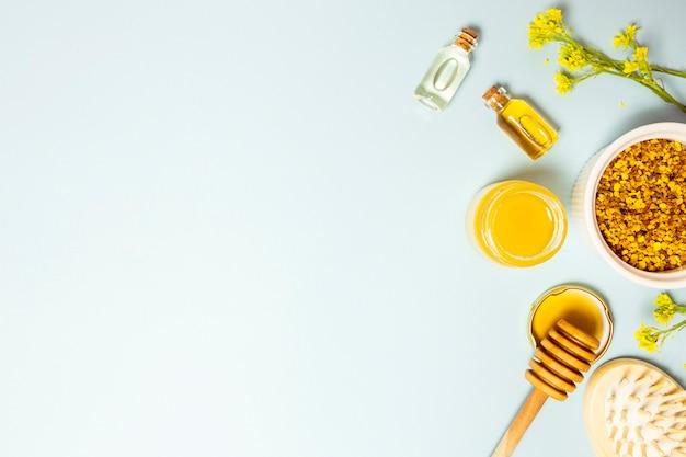 Vista dell'angolo alto dell'ingrediente della stazione termale e dei fiori gialli con il contesto dello spazio della copia