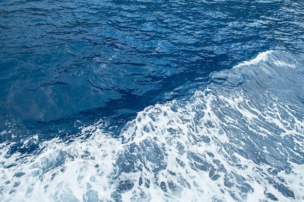 Vista dell'angolo alto dell'onda del mare di acqua increspata