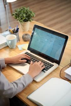 Vista dell'angolo alto dell'uomo ritagliato che riempie calendario online