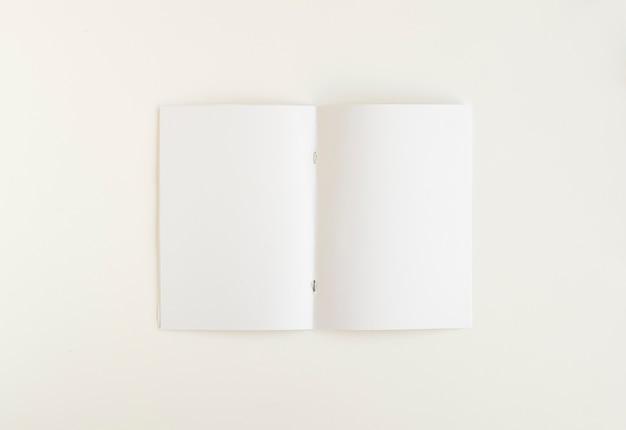 Vista dell'angolo alto della carta bianca in bianco