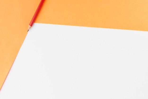 Vista dell'angolo alto della carta e della matita del mestiere sopra fondo