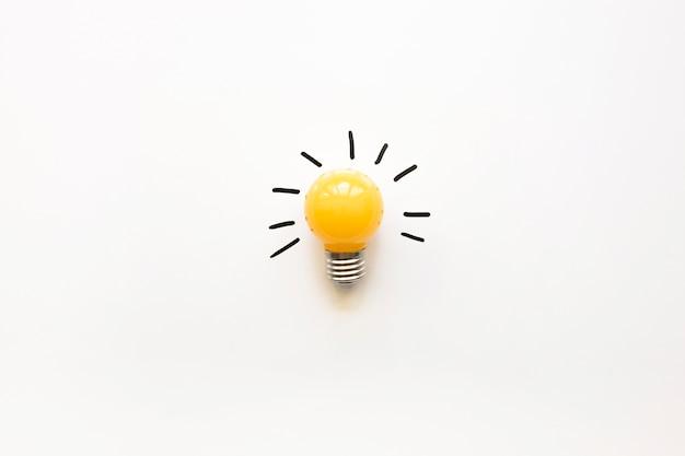 Vista dell'angolo alto della lampadina elettrica gialla su fondo bianco