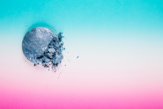 Vista dell'angolo alto della palla grigia della polvere su multi fondo colorato