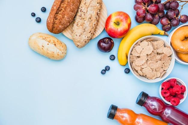 Vista dell'angolo alto della prima colazione sana su fondo blu