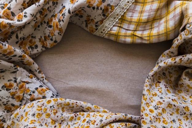 Vista dell'angolo alto della tenda del reticolo floreale sul panno di sacco