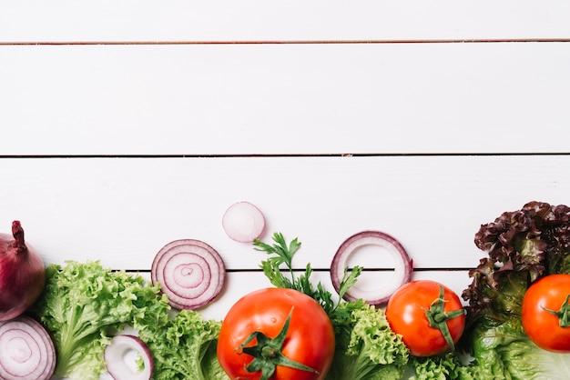 Vista dell'angolo alto della verdura fresca su fondo di legno