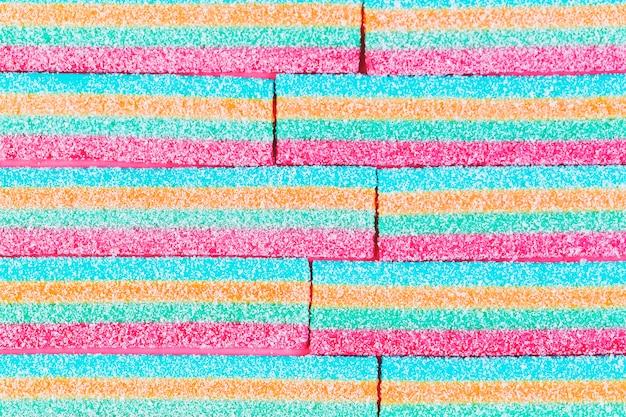 Vista dell'angolo alto delle caramelle di zucchero a strisce variopinte