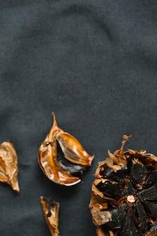 Vista dell'angolo alto di aglio nero fresco