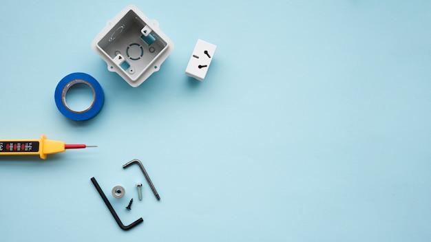Vista dell'angolo alto di attrezzatura elettrica sopra il contesto blu