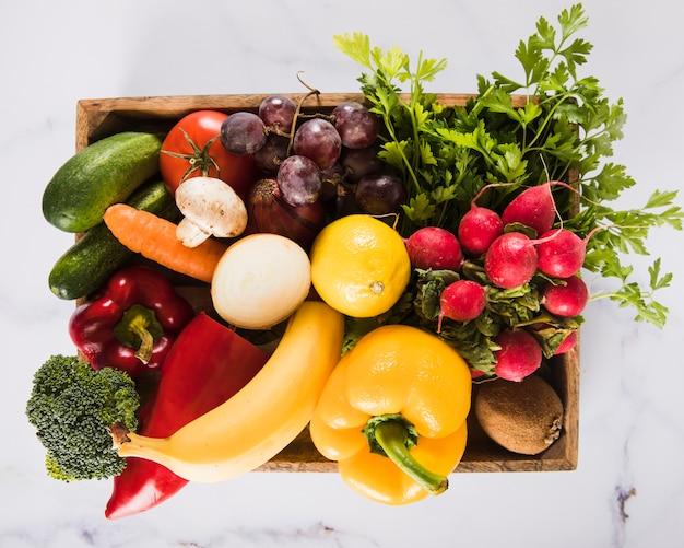Vista dell'angolo alto di molte verdure fresche in contenitore