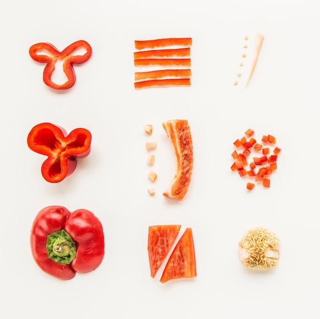 Vista dell'angolo alto di peperone dolce rosso fresco su fondo bianco