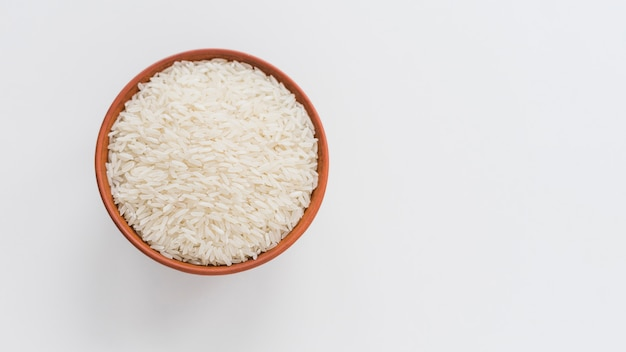 Vista dell'angolo alto di riso bianco in ciotola isolata sul contesto bianco