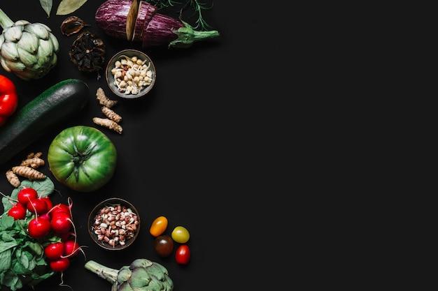 Vista dell'angolo alto di varie verdure su fondo nero