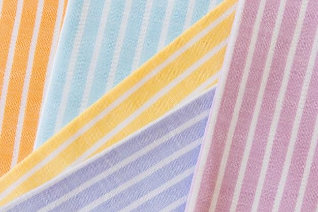 Vista dell'angolo alto di vario tessuto multicolore del modello delle bande