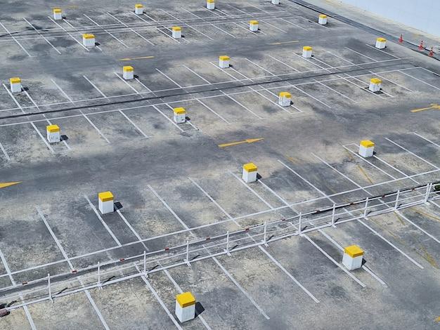 Vista dell'angolo alto di vecchio parcheggio vuoto