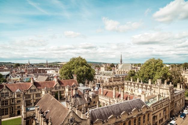 Vista dell'angolo alto di via principale della città di oxford, regno unito