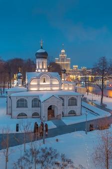 Vista dell'argine di moskvoretskaya la sera dal lato del parco zaryadye