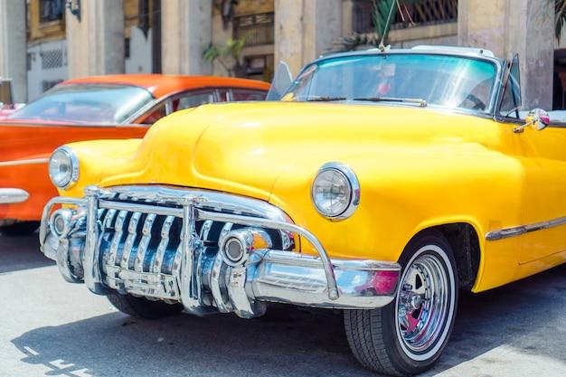 Vista dell'automobile classica gialla dell'annata a vecchia avana, cuba