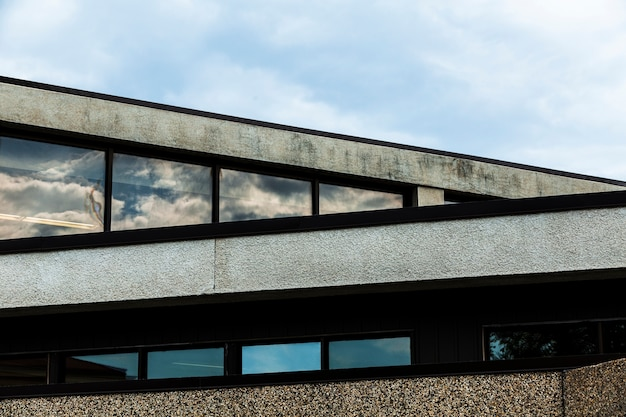 Vista dell'edificio in pietra con superficie in gesso grezzo