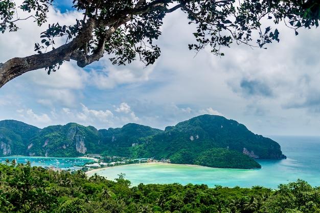 Vista dell'isola di ko phi phi, provincia di krabi, mare delle andamane, tailandia spiaggia dell'acqua di turchese