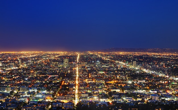 Vista dell'orizzonte di los angeles alla notte, da griffith observatory, in griffith park, los angeles, california