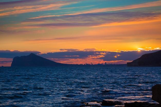 Vista dell'orizzonte di tramonto di benidorm da calpe alicante spagna