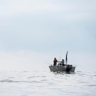 Vista della barca da pesca, distretto regionale skeena-queen charlotte, isola hippa, haida gwaii, graham is